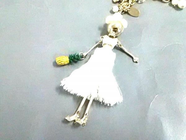 アンテプリマ キーホルダー(チャーム)美品  ゴールド×アイボリー 金属素材×化学繊維