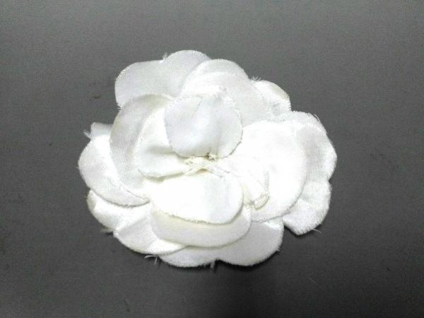 CHANEL(シャネル) ブローチ美品  化学繊維 白 フラワー