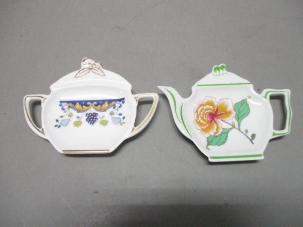 レイノー プレート新品同様  白×マルチ ティーポット型ミニプレート×2/花柄 陶器