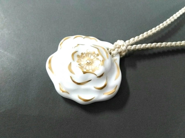 オオクラチャイナ ネックレス美品  陶器×化学繊維 白×ゴールド フラワー