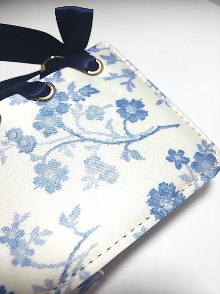 メゾンドフルール 携帯電話ケース アイボリー×ブルー×ダークネイビー 花柄/ミラー
