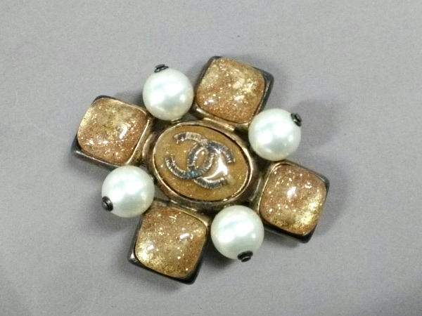 シャネル ブローチ 金属素材×フェイクパール×プラスチック ゴールド×アイボリー