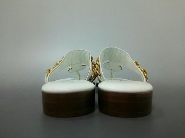 CHANEL(シャネル) サンダル 34 1/2 レディース美品  白 チェーン/ゴールド金具 レザー