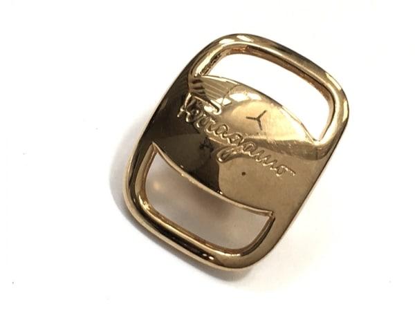 サルバトーレフェラガモ ブローチ美品  ヴァラ 金属素材 ゴールド
