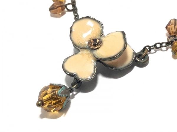レネレイド ネックレス 金属素材×プラスチック ゴールド×ベージュ×マルチ フラワー
