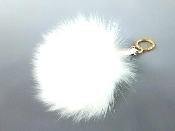 FENDI(フェンディ) キーホルダー(チャーム)美品  ポンポンバッグチャーム/セレリア 白