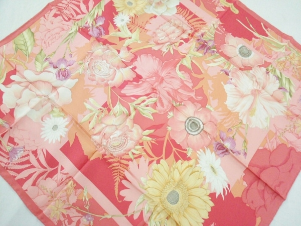 サルバトーレフェラガモ スカーフ美品  ピンク×イエロー×マルチ 花柄