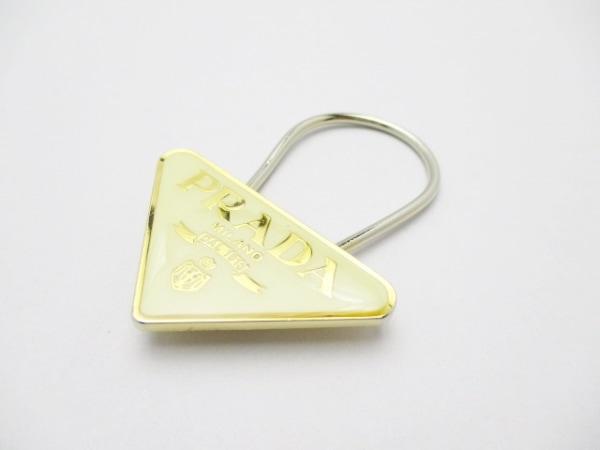 PRADA(プラダ) キーホルダー(チャーム) アイボリー×ゴールド 金属素材