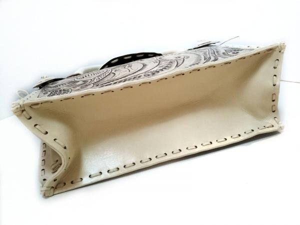 カービングトライブス ハンドバッグ美品  アイボリー 型押し加工 レザー