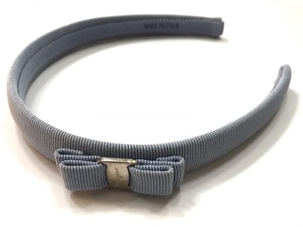 サルバトーレフェラガモ カチューシャ美品  ヴァラ 化学繊維×金属素材 ライトブルー