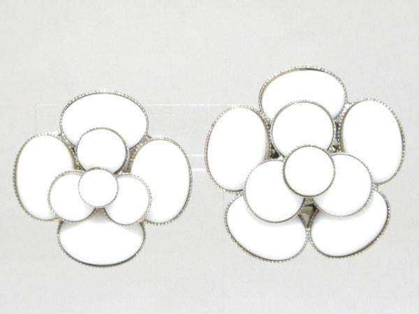 CHANEL(シャネル) イヤリング カメリア 金属素材 白×シルバー アシンメトリーサイズ
