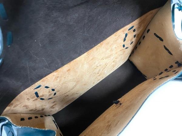 カービングトライブス ハンドバッグ美品  ダークグリーン 型押し加工 レザー