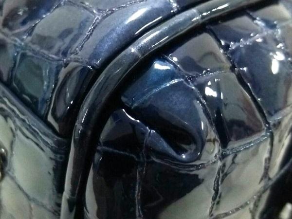 コッコフィオーレ ハンドバッグ新品同様  ネイビー 型押し加工 エナメル(レザー)