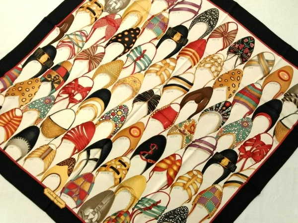 サルバトーレフェラガモ スカーフ美品  アイボリー×黒×マルチ 靴/シルク
