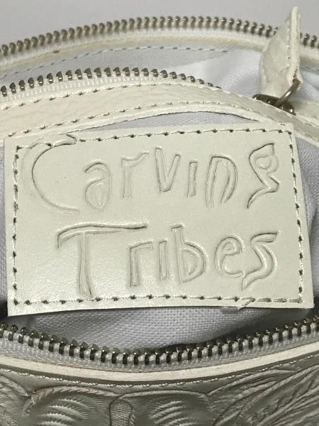 カービングトライブス ショルダーバッグ アイボリー 型押し加工 レザー