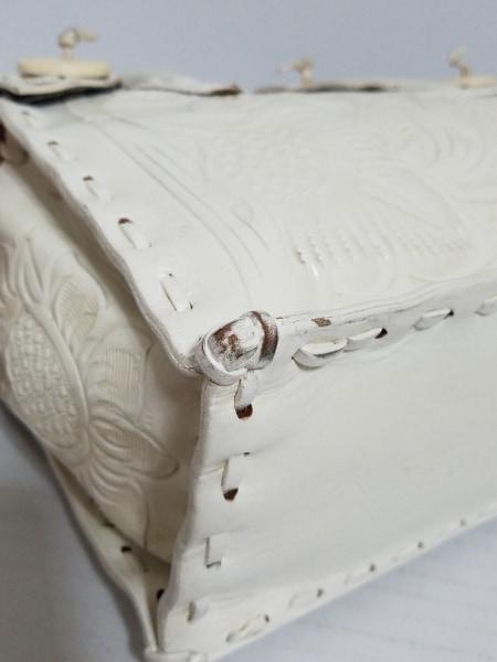 Carving Tribes(カービングトライブス) ハンドバッグ 白 型押し加工 レザー