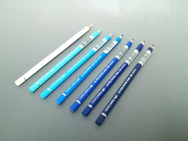 プリーツプリーズ 小物美品  白×ブルー×マルチ 色鉛筆/7色入り ウッド