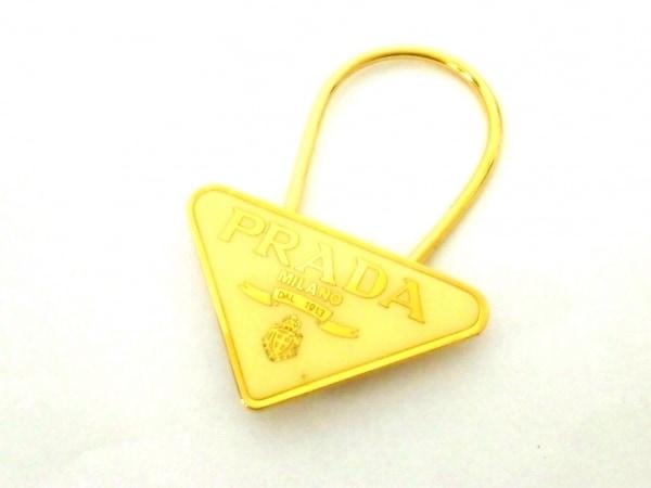 プラダ キーホルダー(チャーム) M285 ベージュ×ゴールド 三角プレート 金属素材