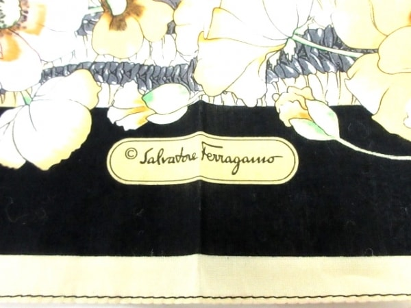 サルバトーレフェラガモ ハンカチ新品同様  黒×マルチ 花柄 3