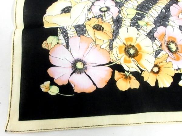 サルバトーレフェラガモ ハンカチ新品同様  黒×マルチ 花柄 6