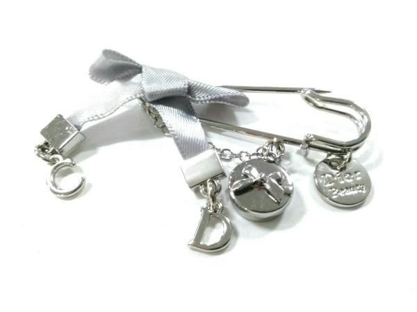 クリスチャンディオール ブローチ美品  - 金属素材 シルバー リボン 3